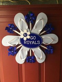 Royals Flip Flop Wreath Kansas City Royals by BabesnBowsBoutique – Daily Fashion Diy Projects To Try, Crafts To Do, Craft Projects, Diy Crafts, Diy Wreath, Mesh Wreaths, Wreath Ideas, Flip Flop Craft, Baseball Wreaths