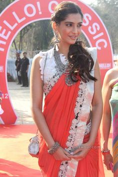 12325396Sonam_Kapoor_Stills_In_Red_Saree.JPG (692×1037)