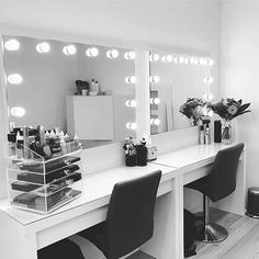 Daraus bestehen Make-up-Träume … – … Hollywood Glow Vanity Mirror LED-Lampen. So sind Make-up-Träume … – Makeup Vanity Lighting, Makeup Desk, Makeup Light, Makeup Salon, Makeup Brushes, Makeup Mirror With Lights, Makeup Room Diy, Makeup Bar, Makeup Vanity Mirror