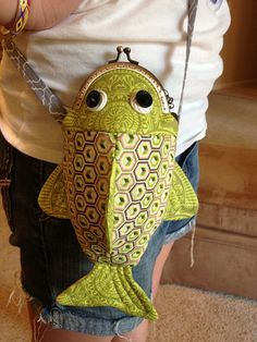 Happy fish frame purse - Another! Fabric Crafts, Sewing Crafts, Sewing Projects, Diy Sac, Novelty Bags, Frame Purse, Fabric Bags, Crochet Bags, Handmade Bags