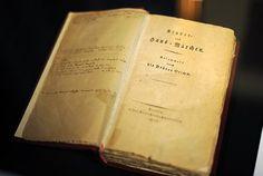 Band eins der ersten Handausgabe der Kinder- und Hausmärchen der Gebrüder Grimm aus dem Jahr 1812. 200 Jahre später erscheint eine 900 Seiten starke Neuauflage des Werkes.