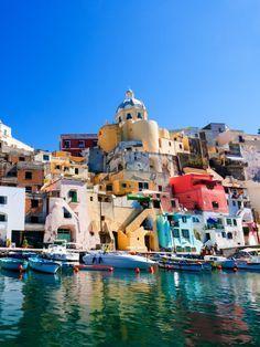 Die bunt gestrichenen Fischerhäuschen, die sich eng an den Hafen von Marina Grande auf der Insel Procida (Italien) schmiegen, geben eine wunderbare Urlaubs- und Instragram-Kulisse ab.