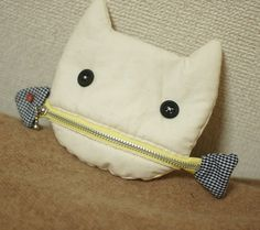 A cat eating a fish pouch.possible change purse Sewing Hacks, Sewing Crafts, Sewing Projects, Fabric Bags, Kids Bags, Sewing For Kids, Bag Making, Purses And Bags, Coin Purses