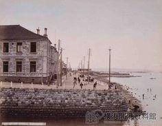 明治10年代、海岸通り20番グランドホテル(現在の人形の家付近)〔彩色写真〕 Meiji Restoration, Japan Landscape, Meiji Era, Old Photography, World View, The Old Days, Yokohama, Beautiful Architecture, Historical Photos