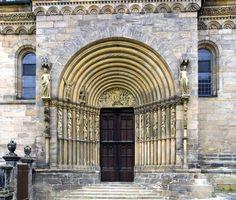 Catedral de Bamberg, siglo XIII. Portada del Príncipe. Está flanqueada por las estatuas de la Iglesia y la Sinagoga, cuyos originales se conservan en el interior.