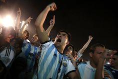 Euforia argentina, llanto holandés | Aficionados argentinos celebran la victoria ante la selección holandesa en Río de Janeiro (Brasil).