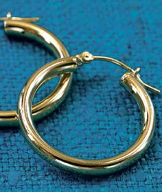 How to Clean Gold Jewelry By Tamara Frankfort Surefire ways to make your favorite baubles sparkle again. Gold Soak for 15 minutes in a solution of two cups warm water and a few drops of a mild dishwashing liquid, like Joy. Gently scrub with a soft-bristle toothbrush. Rinse with warm water, and dry with a soft cloth.