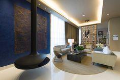 No Loft do Casal, de 120 m², projetado por Denise Barretto, a lareira francesa Gyrofocus, da Focus, se sobressai na área de estar. Na 27ª Casa Cor SP