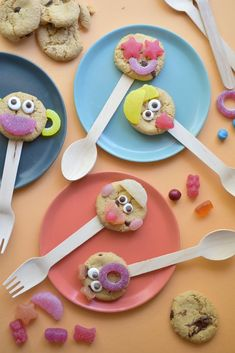 Fun-Faced Cookie Lollipops--a fun, no bake treat to add to your child's school lunchbox