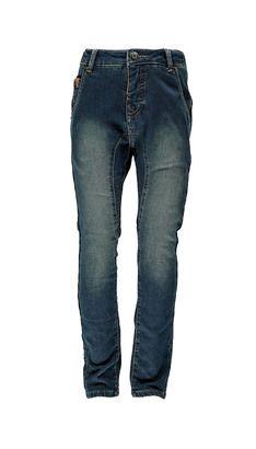 Jeans  Det skal være behageligt at have jeans på, og det er vigtigt at finde de helt rigtige jeans til dit barn. Hos POMPdeLUX finder du jeans i forskellige farver og modeller. Vælg mellem baggy, regular, slimfit, sweatpants, chinos eller jeans. Vores bukser er lavet i lækre materialer lige fra sweat til bomuld, og der er bukser og jeans til alle lejligheder. Vores bukser, chinos og jeans går fra størrelse 80 cm til 152 cm, og der er masser af inspiration at hente til børnenes garderobe…