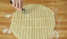 Csíkokra vágja a tésztát, egy zseniális ötletet mutat nekünk. A recept… Home Baking, No Bake Desserts, Bamboo Cutting Board, Apple Pie, Bakery, Appetizers, Food And Drink, Sweets, Cooking