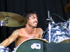 A shirtless Dave Grohl appreciation post - roses in the whiskey jar Foo Fighters Nirvana, Foo Fighters Dave Grohl, There Goes My Hero, Taylor Hawkins, Appreciation Post, Music Stuff, Rolling Stones, Rock N Roll, Rock Music
