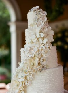 Stunning floral decorated wedding cake: http://www.stylemepretty.com/little-black-book-blog/2014/04/11/classic-southern-wedding-at-home/ | Photography: Liz Banfield - http://lizbanfield.com/