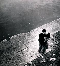 """""""Baiser"""", Paris, 1950, by Ed van der Elsken. Veja também http://semioticas1.blogspot.com.br/2012/01/homens-ilustres.html"""