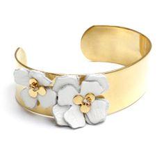 Petite manchette (2cm de large), polie et dorée à l'or fin et ses fleurs en cuir blanc brodé. Christelle dit Christensen
