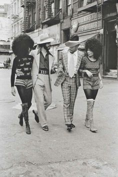 Harlem, New York City in the vintage fashion style hot pants short tights boots women knit top shirt sweater afro hairstyle men suit checkered shirt tie hat kinda has a pimps and hos look ? 70s Fashion, Fashion History, Look Fashion, Vintage Fashion, Vintage Outfits, Fashion Models, Trendy Fashion, Fashion Black, Fashion Styles