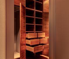 System półek, półeczek, szuflad i przegród w garderobie.