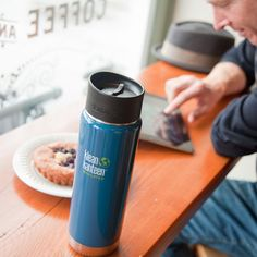 Stijlvolle thermosfles Klean Kanteen Wide Insulated voor koude of warme dranken. Ideaal voor koffie, thee, soep of koud drinken voor onderweg. Verkrijgbaar in 355, 470 en 590 ml.