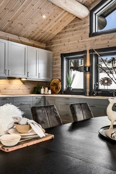 Log Homes, Cabin Homes, Chalet Interior, Cabin Interiors, Scandinavian Home, House In The Woods, Modern Cottage, House Rooms, Wooden House