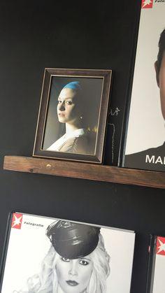 DIY nachgestellte Szene des berühmten Mädchen mit dem perlenohring von Jan #vermeer #diy picture Wall of Fame #bilderleiste #tafellack wand stern Fotografie Bücher