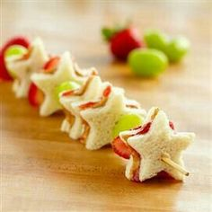 Kids will love these cute STAR SNACKS for parties, afternoon & just because! Che… Kids will love these cute STAR SNACKS for parties, afternoon & just because! Check out these other snack ideas too. Cute Food, Good Food, Yummy Food, Delicious Recipes, Snacks Für Party, Lunch Snacks, Fruit Snacks, Snacks Kids, Lunch Box