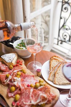 Check out our Ultimate Paris Guide for What To Do in Paris - all the best things to do, eat, and see in this gorgeous city! All from a local with the sudden scoop to get round just like a local. My Little Paris Box, Box Vin, Tapas, Photo Food, In Vino Veritas, Dinner Menu, Foodie Travel, Tgif, Snacks