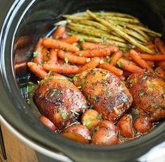 Dans un grand bol, combinez tous les ingrédients de la sauce et bien mélangez. Placez les hauts de cuisse, les patates, les carottes ainsi que la sauce dans la mijoteuse. Faire cuire pendant 8 heures à LOW ou de 3 à 4 heures à HIGH...