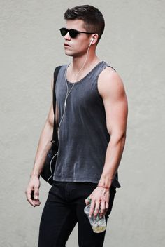 Max Carver or maybe Charlie Carver (identical twins, hard to say) Max Carver, Max And Charlie Carver, Carver Twins, Aiden Teen Wolf, Colton Haynes Teen Wolf, Teen Wolf Premiere, Meninos Teen Wolf, Look Dark, Ian Bohen