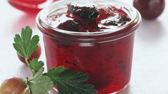 Eine wunderbare Komposition aus Kirschen und Stachelbeeren. Diese Sommermarmelade müssen Sie unbedingt nachkochen: Kirsch-Stachelbeer-Konfitüre |http://eatsmarter.de/rezepte/kirsch-stachelbeer-konfituere