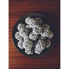 Dadel/chokladbollar: 20 st färska dadlar 2 tsk vaniljpulver 1/2 dl grovhackade cashewnötter 2 1/2 dl havregryn 5 msk kakao 1/2 dl starkt kaffe 1 nypa flingsalt Kärna ur dadlarna, lägg i en bunke. Tillsätt övriga ingredienser och mixa med en stavmixer. Forma till bollar och rulla i kokosflingor. Ställ bollarna kallt innan servering. #icagottliv #buffetipset #saltåkvarn #kungmarkatta #vegan #sockerfritt #chokladboll #kakao #kokos #cashewnötter