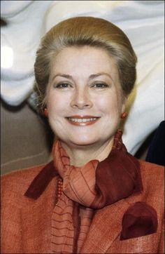 1982 Muore Grace Kelly principessa di Monaco durante un incidente automobilistico a Montecarlo. Coinvolta ma salva, anche la figlia Stefania.