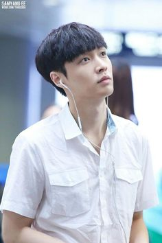 Lay (EXO) đáng yêu vừa đi vừa uống sữa, nép mình vào quản lý