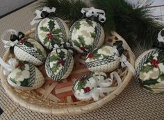 vianočné gule v zelenej