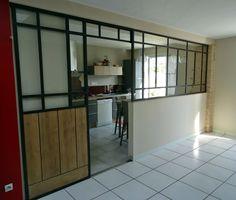 Séparation vitrée avec porte coulissante en acier et bois ... Verrière fenêtre porte style atelier Port...