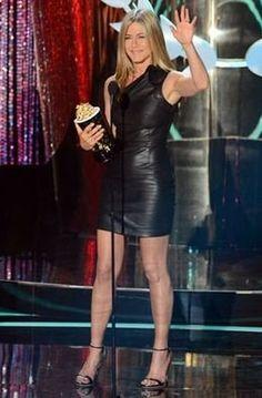 Jennifer Aniston llevó un minivestido asimétrico de cuero negro (MTV Movie Awards)