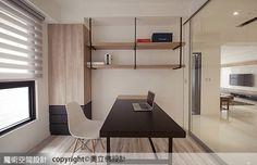 書房開放式的櫃體設計,以鐵件懸吊表現乾淨俐落的線條,並善用小空間條件做為收納使用。