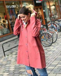 A guide to creating the perfect look with rainwear for Stutterheim raincoats. Raincoat Outfit, Hooded Raincoat, Raincoats For Women, Jackets For Women, Rubber Raincoats, Rainy Day Fashion, Yellow Raincoat, Rain Gear, Winter