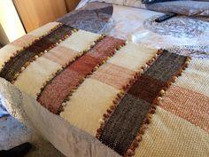 Piecera de 2 plazas tejida a telar María, en lana natural de oveja. Hago a pedido en otras medidas y diseños. Tear, Loom Weaving, Leather Craft, Fiber Art, Textiles, Throw Pillows, Quilts, Stitch, Blanket