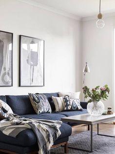 Bleu sombre sur le canapé, bleu turquoise usé sur les chaises, l'intérieur de cet appartement de 63m² s'anime grâce à l'utilisation de cette couleur dans ses différents tons. Et j'aime ça. Photos : Ja