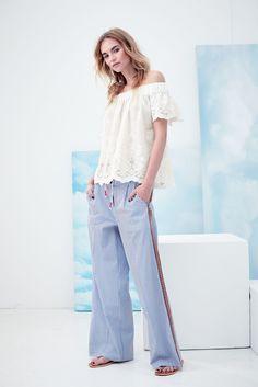 Jetzt wird's romantisch! Leicht transparente Bluse, die den angesagten Off-Shoulder-Trend perfekt aufgreift.