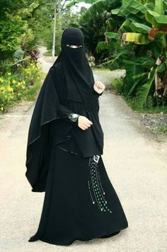 Beautiful Flowing Niqab, Khimar, and Abaya.so I know people would really judge me for wearing this. But the flowiness and mysteriousness are just so beautiful to me, like for special occasions or something. Niqab Fashion, Muslim Fashion, Fashion Dresses, Beautiful Muslim Women, Beautiful Hijab, Islam Women, Hijab Niqab, Islamic Girl, Muslim Girls
