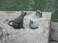 Памятник кошке с котятами в Сингапуре.