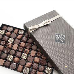 Un bon week-end en perspective ! Chocolate Tumblr, Luxury Chocolate, Chocolate Brands, Chocolate Sweets, I Love Chocolate, Chocolate Shop, Chocolate Gifts, Chocolate Molds, Chocolate Truffles