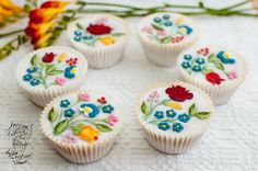 Embroidery Hungarian Kalocsa Embroidery Pattern Cupcakes by Olison Cupcakes Hungarian Embroidery, Learn Embroidery, Embroidery Patterns, Hungarian Cuisine, Hungarian Recipes, Hungarian Food, Muffins Decorados, Mini Cakes, Cupcake Cakes