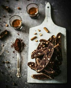 Extra crunchy chocolate biscotti low in fat, with toasted almonds and chocolate chips. Köstliche Desserts, Delicious Desserts, Dessert Recipes, Chocolate Photos, Chocolate Recipes, Best Cookie Recipes, Sweet Recipes, Biscotti, Dark Food Photography