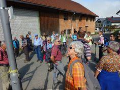 Wanderung am 04. Oktober: Im Dorf Möggers gibt Wanderleiter Informationen