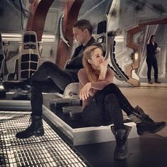 Ray at the Background 😹 ugh isn't the same since one wonderful Guy died 😿 Legends Of Tomorrow Cast, Legends Of Tommorow, Series Dc, Best Series, Supergirl Dc, Supergirl And Flash, Captain Canary, Rip Hunter, Leonard Snart