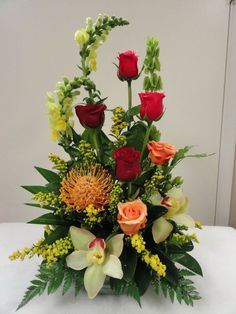 40 Pretty Flower Arrangement Design Decor Ideas - 2020 Home design Rosen Arrangements, Tropical Flower Arrangements, Creative Flower Arrangements, Flower Arrangement Designs, Church Flower Arrangements, Beautiful Flower Arrangements, Flower Designs, Ikebana, Amazing Flowers
