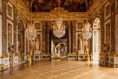 Un danese alla corte del Re SoleYour sense of unity, 2016, sequenze di cerchi luminosi si moltiplicano all'infinito nella splendida Sala degli Specchi di Versailles. Courtesy of the artist; neugerriemschneider, Berlin; Tanya Bonakdar Gallery, New York.
