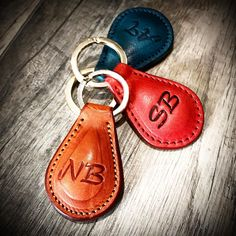 A set of monogram customized key hokder many colors to choose italian vegetable tanned leather. Choose a gift idea for yourself or your loved one and customize it with initials engraved. Tuscan leather shop by Nicola Meyer www.nicolameyer.com #leathergoods #leatherkeychain #keyholders #keyholder #tuscanleather #tuscanyleather #tuscanshopping #leatherpouch #leatherkeycase #leathercraft #leathercrafts #leathercrafted #nicolameyer #bestcraft #bestartists #bestartist #bestartisan #florence…